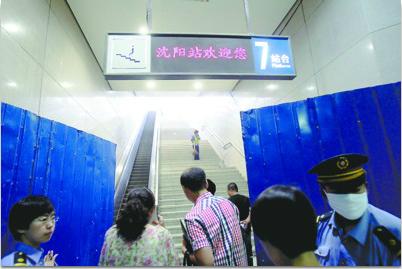 昨日,记者在沈阳站地下通道内看到,旅客上下站台可以乘坐滚梯。 记者 王迪 摄