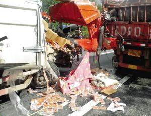 车祸现场散落的彩票产品 ■消防供图