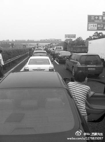 事故造成该路段拥堵数小时,被堵车辆排成长龙。图由网友提供