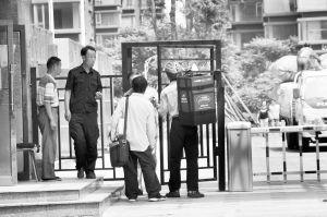 保安站在门口对前来送外卖的人员收费 记者 张景君 摄