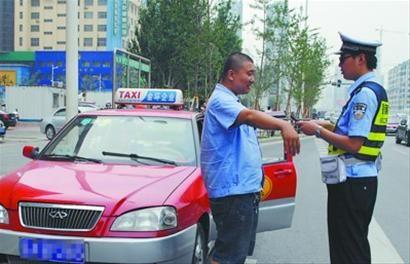 出租车占用公交港湾,沈阳交管部门将其当场拦下,实施处罚。