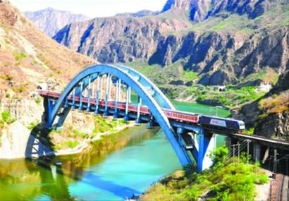 大连造和谐3C型机车牵引列车通过丰沙铁路7号桥。扈军 摄