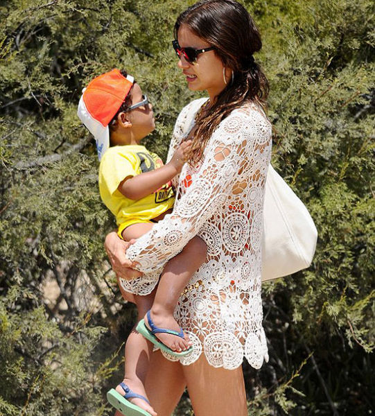 伊莉娜抱着C罗儿子小罗纳尔多,尽显母态