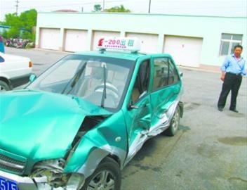 被撞的出租车。