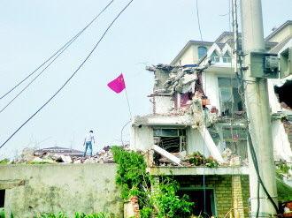 大连4栋别墅凌晨被百余人疯狂砸屋暴力拆除