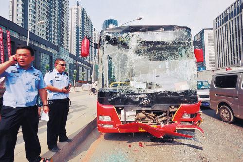 """追尾司机:刹车坏了 车上乘客:我喊""""撞了撞了"""" 他才发现要撞车"""