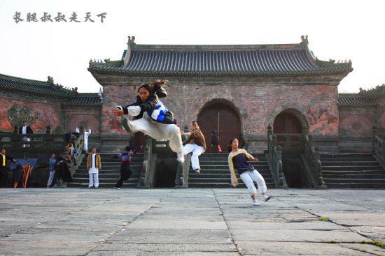 新浪旅游配图:玉虚宫附近练武术的学徒 摄影:长腿叔叔