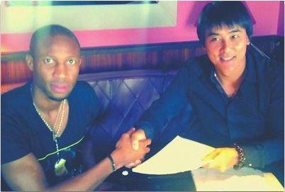 李明作为俱乐部的代表与凯塔在合同上签字