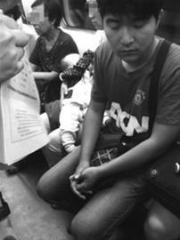 小林向记者出示的照片显示,这位母亲正在喂奶,而旁边的小伙儿闭着眼睛,身子侧向了一边。网友小林供图