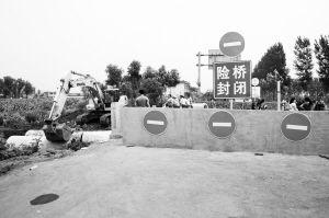 大英守西桥因桥面局部塌陷而封闭 有村民称总有满载大货车在此通行