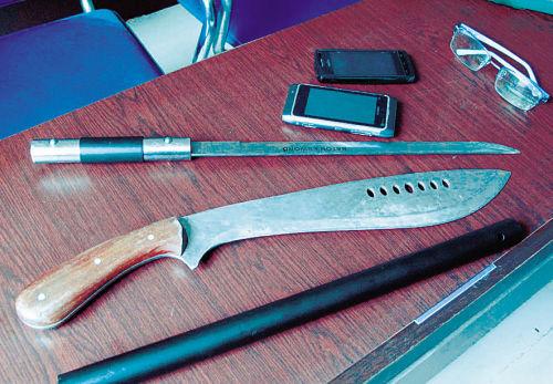 少年劫匪使用的作案工具及抢来的手机