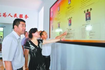 """大洼县王家镇社会管理服务中心实行""""一站式""""服务,极大地方便了农村群众。薛长生 记者 刘永安 摄"""