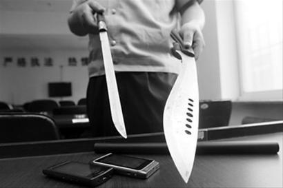 警方展示少年团伙作案工具。