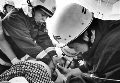 7月10日中午,接到求援后,桓仁消防特勤战士赶到医院剪断了老刘身体两侧的钢筋。 消防供图