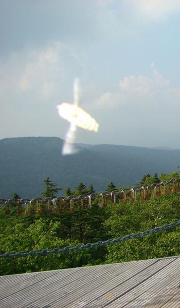 凤凰山景区专职照相师吴春燕,在凤凰山观景台连心锁链前拍摄的不明飞行物照片。