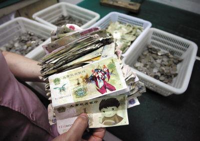 公交公司每天收的大量零钱中还夹着不少残币和假钱。
