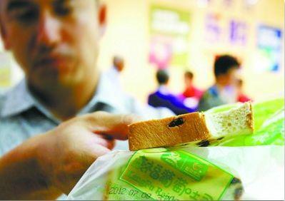 于先生在沈阳一超市购买的康福牌吐司,里面裹着一只虫子,十分恶心。记者 王迪 摄