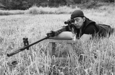 7月11日下午,鞍山市的一处训练场地,王洪峰展示了他精湛的枪法。下图为训练前,王洪峰仔细地将子弹压入弹夹。 吴怀宇 摄