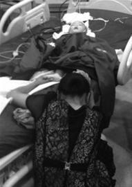 昨日深夜,在医院急诊室,马欣宇姥姥蹲在地上,紧紧握着他的双脚,久久不肯撒手。主任记者 吴章杰 摄