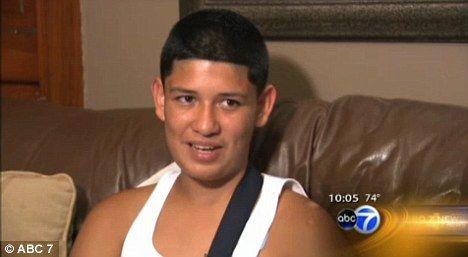 13岁男孩罗尼用身体为同学挡子弹