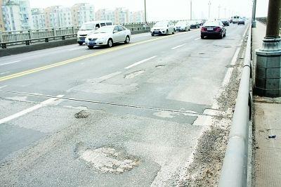 """伤痕累累的长江大桥让过往车辆也很""""受伤""""。"""