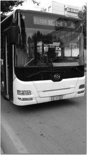 """这辆车号为辽A32502的铁西新区一线公交车停靠在路边,车门大开,车上没有司机,隐约可以看到车上还有乘客。 网友""""星星扬扬""""供图"""