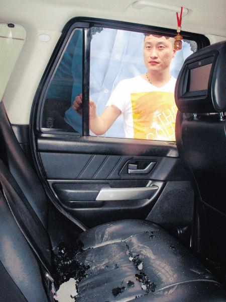杨先生的车窗被砸,车中的笔记本电脑和一条中华烟被盗