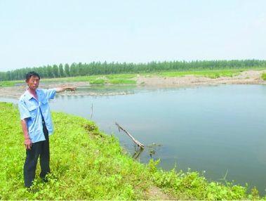 小伙野浴时不幸溺水,消失在2米多深的河水中,当时参加救援的刘中华讲述救援经过。 网友供图