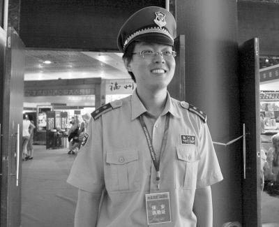 抓贼保安是位近视眼研究生。