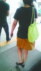 """女乘客拿着电棍走出了地铁站。 网友""""地铁的那些事儿""""供图"""