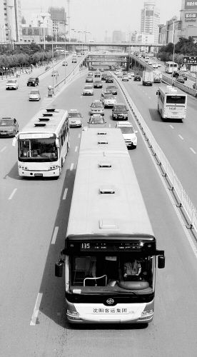 """18米""""长龙""""行驶在街上是一道特殊的风景线"""