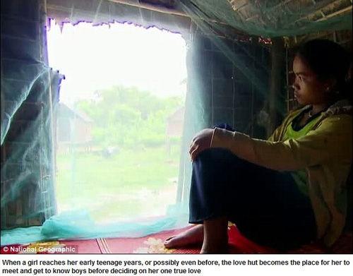 """柬埔寨克伦部落女孩居住的""""性爱小屋""""(网页截图)"""