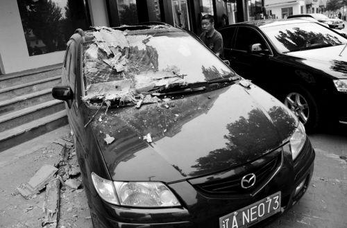 小区墙皮脱落,小轿车被砸破相
