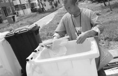 二是设计脚踩翻盖:很多市民嫌用手翻垃圾桶盖子很脏,设计脚踩翻盖