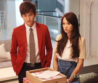 张翰红色西装抢镜:波点领带显俏皮