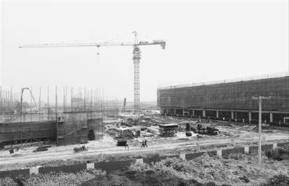 昨日上午,在浑南新城有轨电车车辆段施工现场,工人集中在指挥中心大楼(图右建筑)内施工,它将于本月底封顶。 主任记者 吴章杰 摄