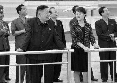 这张朝中社7月25日提供的照片显示,朝鲜最高领导人金正恩元帅7月24日在平壤视察绫罗人民游乐园。前右为金正恩夫人李雪珠。