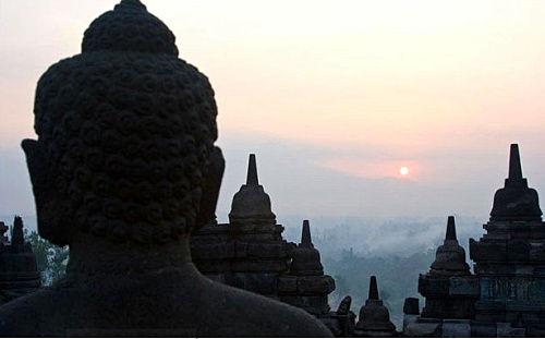 印尼爪哇岛日出时的婆罗浮屠