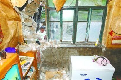 向阳乡北岔村二组的村民家房屋,因被泥石撞击,严重受损。