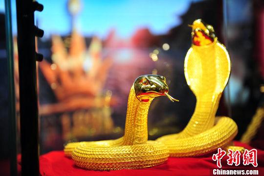 7月27日,一对6公斤重的黄金蛇亮相2012中国沈阳国际珠宝展中新社发 于海洋 摄
