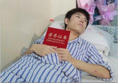 """昨日,19岁的辽大学生郭俊在病床上被授予 """"沈阳市优秀共青团员""""称号。 记者 纪力元 摄"""
