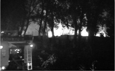 沈阳浑南万科新榆公馆北侧一家纸盒箱厂着火后火势迅速蔓延。记者 寇德印 摄