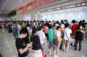 一楼人工售票窗口前排满了旅客