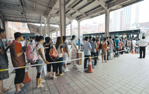 摄影 常晟罡 旅客在沈阳站东侧广场排队乘坐东西专线公交