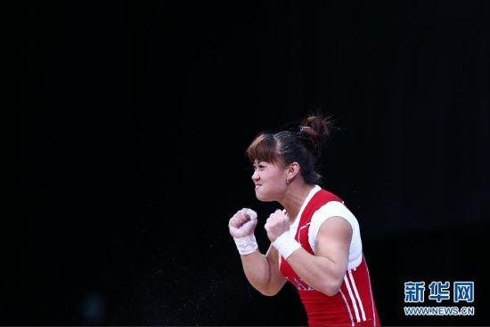 012年7月31日,哈萨克斯坦选手迈娅·马内扎在打破记录后庆祝(拼版照片)。当日,在2012年伦敦奥运会举重女子63公斤级的比赛中,哈萨克斯坦选手迈娅·马内扎以245公斤的总成绩获得冠军,并打破奥运会纪录。新华社记者公磊摄