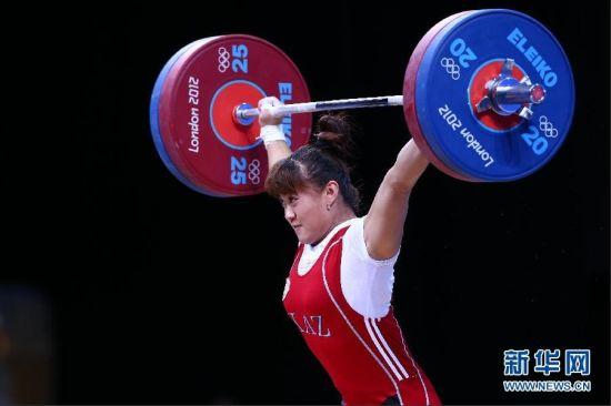 012年7月31日,哈萨克斯坦选手迈娅·马内扎在打破记录后庆祝(拼版照片)。当日,在2012年伦敦奥运会举重女子63公斤级的比赛中,哈萨克斯坦选手迈娅·马内扎以245公斤的总成绩获得冠军,并打破奥运会纪录。