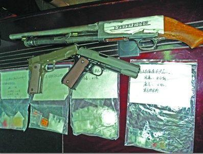 警方共缴获冰毒63克,麻古21粒,大麻5克,五连发猎枪,钢珠手枪。本版图片由记者 蔡红鑫 摄