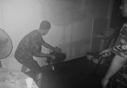 葫芦岛边防民警正在凿墙排水。警方供图