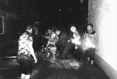 葫芦岛市边防支队杨家边防派出所官兵在暴雨来临时转移群众,抢救被淹私家车20多辆。 记者 冯玉兴 摄