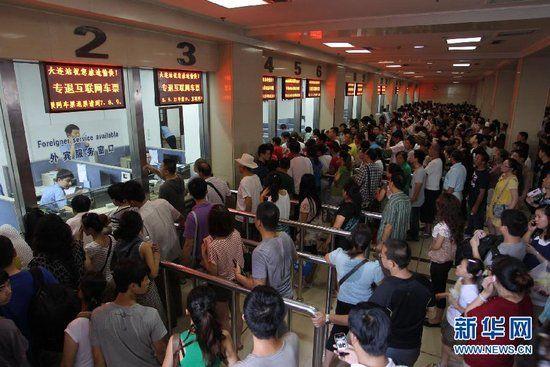 8月4日,乘客在大连火车站售票厅排队等待退票。